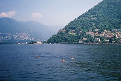 Nonostante il divieto... (sirio174 (anche su Lomography)) Tags: divieto divietodibalneazione noswimming swimming nuotare como lago lake estate summer