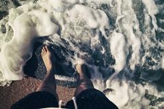 pasos (betho itinerante) Tags: color luz sombra playa movimiento arena pies contraste olas detalles espuma pasos