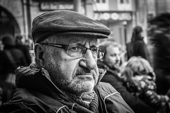 EXPECTANT (Street Portrait) (amatulow) Tags: street portrait retrato calle foto de bw black blanco negro white cara face expresion expression canon rebel t3 eos 1100d canonistas primer plano look observar plaza square mayor ayuntamiento town hall people world ourense orense spain espaa