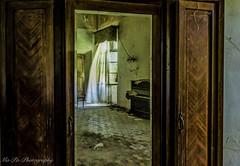 Wind in the mirror (mphotographie2012) Tags: italien licht wind spiegel sonne schrank 2016 gardine lostplaces marodes