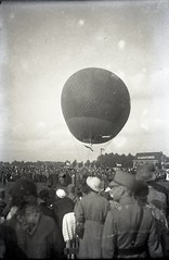 Air balloon (Anke Werter * FOGRO *) Tags: old festival open military air den balloon parade negative haag 1949 luchtballon koninginnedag malieveld militaryparade fourties bellowscam restoredoldnegative denhaagkoninginnedag 1949queensday