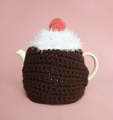 Chocolate Cupcake Tea Cosie with Red Berry (GezuntehMoid) Tags: red white cherry berry kitsch novelty cupcake iced housewarming cocoa bakedgoods countrycottage darkbrown whitefrosting etsyuk moderngift teatimetreat crochetednovelty