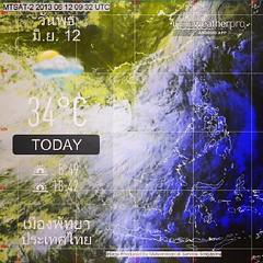 """__ประกาศกรมอุตุนิยมวิทยา__ """"ฝนตกหนักและคลื่นลมแรง""""  ฉบับที่ 16 ลงวันที่ 12 มิถุนายน 2556         ร่องมรสุมกำลังแรงได้เลื่อนลงมาพาดผ่านภาคกลางตอนล่าง ภาคใต้ตอนบน ภาคตะวันออก        และภาคตะวันออกเฉียงเหนือตอนล่างเข้าสู่หย่อมความกดอากาศต่ำบริเวณทะเลจีนใต้ ป"""
