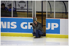 Fotograaf aan het werk | Photographer at work (Dit is Suzanne) Tags: hockey netherlands photographer nederland icehockey heerenveen thialf eishockey fotograaf eredivisie ijshockey  views150 img7345   canoneos40d tilburgtrappers destiltrappers sigma18250mm13563hsm  destiltrapperstilburg unisflyersheerenveen unisflyers 03012015 ditissuzanne jackscasinoeredivisie flyersheerenveen nicoliensijtsema nicoliensijtsemafotografie