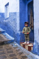 Chefchaouen, Maroc (monilague) Tags: mist scale rain stone cat landscape smog chat pierre pluie morroco maroc paysage chefchaouen escalier brume parapluie staire ombrella