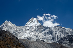 Ama Dablam from the Base Camp (Mild Delirium) Tags: nepal sky naturaleza mountains primavera nature landscape spring outdoor sunny cielo np himalaya himalayas montaas khumjung pasaje soleado        easternregion  fujinonxf1655mmf28rlmwr xf1655mm fujifilmxt10