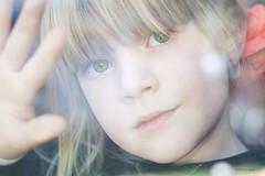 Salom (danielpi39) Tags: portrait colors girl canon children retrato couleurs candid reflet blonde streetview canon50d