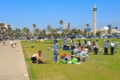 Tel Aviv / The Independence Day  - Traditional barbecue  / Yom Haatzmaout :   (Pantchoa) Tags: isral telaviv plage pelouse gazon fte barbecue ftenationale nikon d7100 1685 independenceday traditionalbarbecue yom haatzmaout   minaret mosque hassanbek grillade
