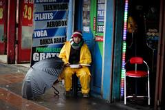 Vendedor (Lukas Osses Codelia) Tags: lluvia dia gas amarillo ojos silla paso caminar paraguas frio tarde abuelos abuelo canas balon seor miradas cebrea