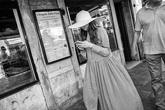 2016144 (ruggeroranzani_RR) Tags: venice people blackandwhite woman digital cellphone widebrimmedhat leicame voigtlanderultron28mmf2