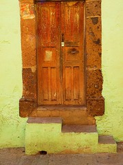 colonial door on yellow (msdonnalee) Tags: door mexico puerta doorway mexique tr entry mexiko  woodendoor vintagedoor colonialdoor mexicandoor photosfromsanmigueldeallende fotosdesanmigueldeallende spanishcolornialarchitecture