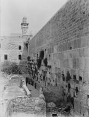 Le mur al Bouraq avant 1967 (Harat-Magharbah) Tags:
