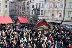 Christmas Market in Praha (Indy Randhawa - Metaphotography) Tags: christmas canon czech prague market crowd praha czechrepublic rebelxt metaphotography picturesofpeopletakingpictures esk eskrepublika indyrandhawa