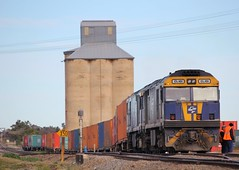 GL101 and GL104 shunt one half of QUBE's MC CM tarin at Harefield (bukk05) Tags: railroad train tracks rail railway loco melbourne cm container mc nsw newsouthwales ge junee riverina qube harefield glclass standardgauge rp3 cfcla railpage southernnewsouthwales gl104 gl101 ge7fdl12
