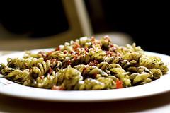 Pesto Pasta (-VINTAGEE-) Tags: food canon pasta basil tobias pesto 430ex foodphotograpy strobist 450d pestopasta vintagee 430exii