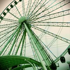 Big wheel (Ken Cruz --- Fernweh) Tags: seattle waterfront structure metalwork ferriswheel wastate raining emeraldcity upshot greentint cloudyday seattlewaterfront