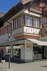 Garmisch - Altstadt - Fugngerzone (24) (Pixelteufel) Tags: shop shopping bayern bavaria lampe licht urlaub laden architektur alpen laterne altstadt ferien gebude freizeit geschft tourismus garmischpartenkirchen fassade leuchte einkaufen erker historisch malerei wandmalerei wohnen wohnhaus erholung ortskern ortsmitte wohngebude restauriert erneuert geschftshaus fusgngerzone