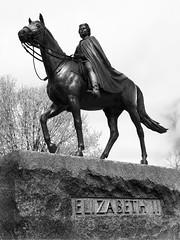 lisabeth II (nacim.khodja) Tags: blackandwhite heritage tourism statue nikon cloudy outdoor parliamenthill patrimoine lisabeth streetphotographie d7100