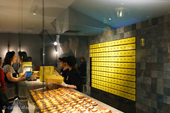Popular cheese tart place in Tenjin, Fukuoka (h3172010) Tags: japan fukuoka