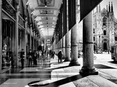 MILANO IN GALLERIA!! OLIMPUS E-M-5 MARK II OB. 17 1,8 (Roberto.mac.) Tags: street bw del arte milano fantasia cultura galleria biancoenero citta robertomac fantasiadelbw