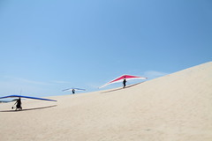 Hang Gliders on the Outer Banks (SunRealtyOBX) Tags: nagshead outerbanks obx hanggliding kittyhawkkites jockeysridgestatepark hangglidingspectacular