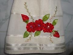 Bordado de fita e pontos livres (Casa de Bonecas Atelier) Tags: flores linhas embroidery toalha fios lavabo fita bordado agulhas pedrarias pontoslivres