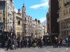 Vida urbana (0_miradas_0) Tags: life street urban building calle edificios front vida pedestrians urbana gran va fachadas peatones