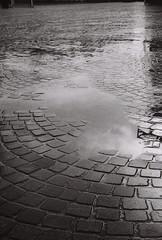 Apres la pluie (XX-C-II-NI) Tags: canon noiretblanc pluie reflet ruelle rue canonae1program argentique flaque ae1program pellicule pave