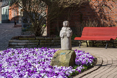 Place for contemplation (Infomastern) Tags: flower statue bench ystad blom staty