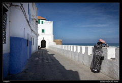 Mirando al mar (meggiecaminos) Tags: blue woman white blanco water azul donna mujer agua morocco fortaleza marocco medina acqua marruecos fortress azzurro bianco atlanticocean asilah oceanoatlantico oceanoatlntico lamedina
