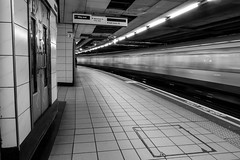 Londres (pi3rreo) Tags: city urban white black london speed underground noiretblanc metro métro vert londres fujifilm transports fujinon ville souterrain urbain vitesse xe2