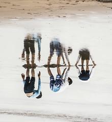 Yo de pequeo quise ser eterno, y no astronauta. (Andrea Latasa) Tags: shadow espaa playing beach water kids canon mirror spain agua europa europe perspective creative playa nios espejo reflejo perspectiva euskalherria basquecountry jugando guipzcoa pasvasco zarautz hondartza guipuzkoa fotografacreativa delrevs