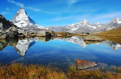 das Matterhorn (welenna) Tags: alpen autumn alps switzerland snow schnee see schwitzerland sky swiss stone steine berge blue mountains mountain matterhorn view landscape lake leute light wasserspiegel water wasser wallis relief reflection reflexion himmel hiking walking wandern