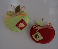 Maçã verde e maçã vermelha!. (Feltronia by Bia Leira) Tags: feltro decoração ímãs maçã feltronia bialeira
