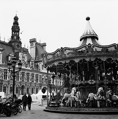Merry-go-round in front of the City Hall (Purple Field) Tags: street bw paris france 120 6x6 tlr film monochrome analog rolleiflex square kodak trix 400tx medium   f28  schneider kreuznach 80mm   28f  xenotar         stphotographia x