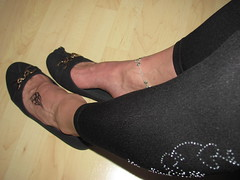 office shoeplay - ballerinas, anklet and tattoos with leggins (Isabelle.Sandrine1993) Tags: feet tattoo office shoes toes pumps tattoos anklet sabrinas ballerinas balletflats leggins shoeplay officeshoeplay