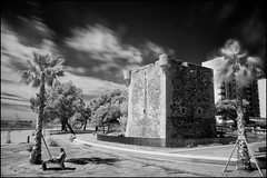 Torreón. IR en B&N. (juanjofotos) Tags: ir playa geotag benicasim geoetiqueta nikond300 filtrohoyar72 torredesanvicente juanjofotos juanjosales