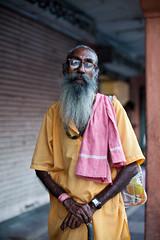 (Sbastien Pineau) Tags: street portrait india man blur color colour beard glasses raw retrato colores portraiture gafas lunettes jaipur couleur hombre barba rajasthan barbe sadhu homme inde floue borroso  sdhu  sebastienpineau