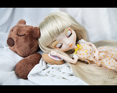 sweet dreams (JennStory) Tags: bear sleeping white cute canon hair toy eos diy doll soft long teddy sweet sleep mark flash story blond ii dreams blonde dodo 5d pullip asleep blanc softbox paja pyjama ours ourson peluche beaux dort endormie reves