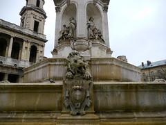 Paris: place Saint Sulpice, le lion et deux des 4 évêques de la fontaine. (Marie-Hélène Cingal) Tags: paris france fountain capitale fontana fontaine iledefrance twozweideuxduedva2