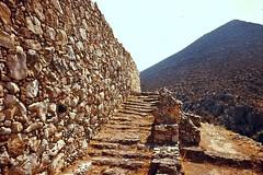Grce, vacances de Pques 1987. Mycnes, escaliers royaux (Marie-Hlne Cingal) Tags: stairs 1987 greece scala grce escaleras treppen escaliers  hells  diaponumrise
