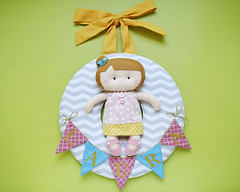 Enfeite para porta de maternidade (Meia Tigela flickr) Tags: baby bandeira porta bebê quarto nome boneca menina decoração maternidade varal bordado enfeite quartinho bandeirola bonequinha