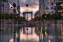 Urban sunset (Sizun Eye) Tags: longexposure light sunset paris art fountain modern modernart le lee 06 tamron reflexions fontaine iledefrance reflets ladfense grandearche puteaux takis 2470mm fontanna businessdistrict hautsdeseine gnd poselongue sizun leefilters tamron2470mmf28 gnd06soft brighttrees nikond750 sizuneye