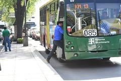 SUBEN JOVEN (chevuk kelevra) Tags: maana mexico camion reforma ciudaddemexico mex cuauhtemoc km13 hombresubiendo