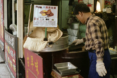 Sweet Potato Stall - Taipei - Taiwan (waex99) Tags: voyage leica travel food film shop kodak sweet taiwan potato epson taipei 500 portra douce m4 400asa patate