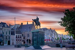 Day 136 - Statue at Binenhof (William Adam) Tags: sky statue king flag denhaag flags prison dramaticsky thehague willem willemii koning williamadam colorfx binenhof prisongatemuseum