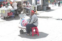 Vendedora de Helados en una Poza de Luz (gjmata2002) Tags: people gente venezuela streetphotography caracas streetphotos chdk darktable