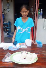 girl selling soy milk in front of her house (the foreign photographer - ) Tags: girl portraits table thailand milk bangkok sony lard soy bang selling bua preteen khlong bangkhen rx100 phrao dscjun42016sony