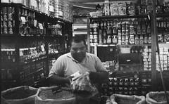 Vendedor. / Seller. (Gabriel Plcs) Tags: true canon venezuela grain streetphotography photojournalism 35mmfilm 400 asa comunismo socialism filmphotography fd28mm28 ruephotographie strasefotografie