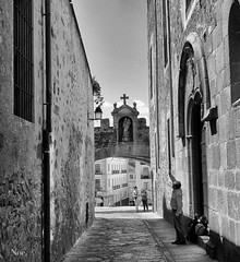 rezando al santo (nO_VR) Tags: street travel blackandwhite bw white black blancoynegro sol photography photo calle spain europe flickr picture streetphotography olympus bn rua rue cceres virgen  carrer no santo  straat rezar callejera   strase kalean zuico olympusomd olympusomdem5markii novr